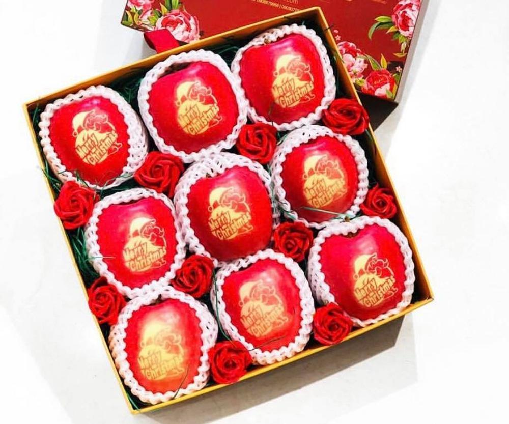 Táo đỏ Nhật Bản giá gần 500.000 đồng in chữ Noel hút khách - Ảnh 2.