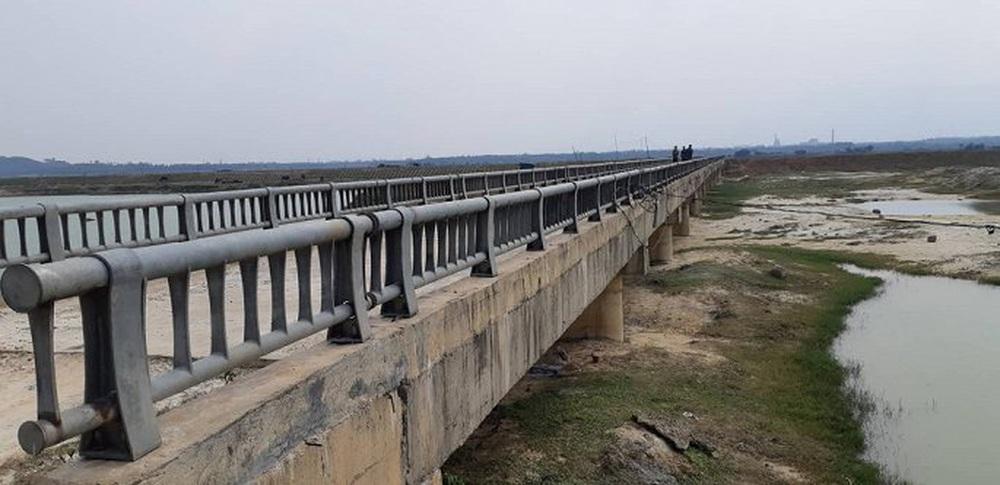 Nhận định nguyên nhân cầu hơn 7 tỷ đồng rạn nứt, lộ cốt xốp bên trong - Ảnh 1.
