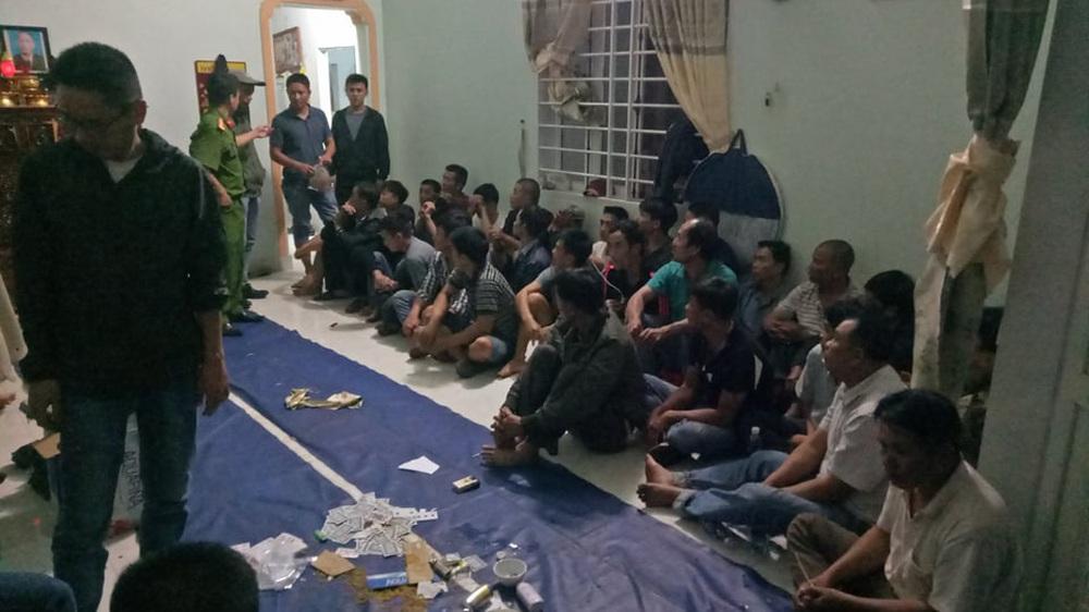Công an Đắk Lắk đột kích sòng bạc có camera giám sát, người canh gác, tạm giữ 44 con bạc - Ảnh 1.