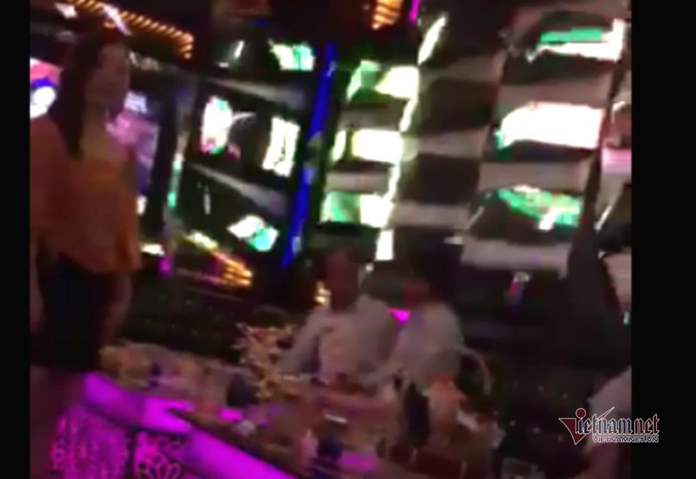 Nghi vấn Viện trưởng KSND ở Đắk Lắk đi hát karaoke ôm bị quay clip - Ảnh 3.