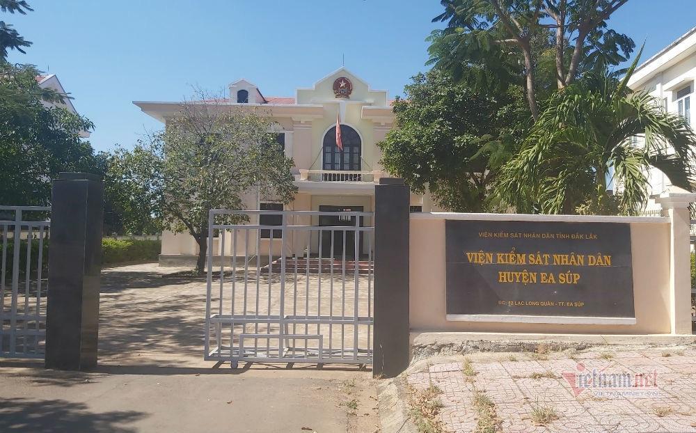 Nghi vấn Viện trưởng KSND ở Đắk Lắk đi hát karaoke ôm bị quay clip - Ảnh 1.