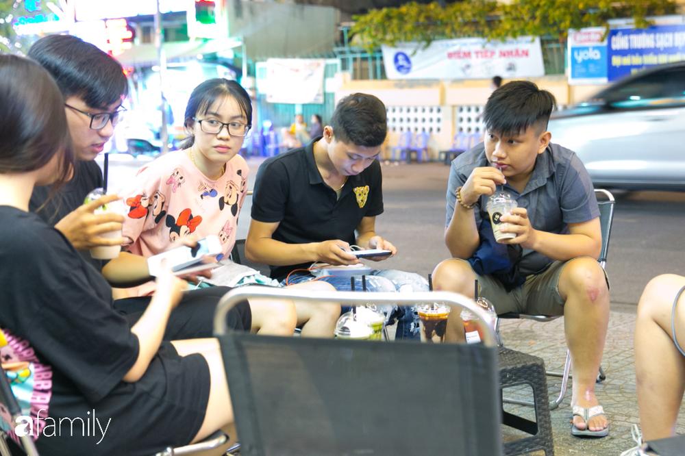 """Quán cà phê """"1 đô"""" lề đường bỗng nhiên trở thành cơn sốt ở Sài Gòn, mỗi đêm có hàng trăm người kéo tới ngồi xếp lớp dài cả chục mét - Ảnh 7."""