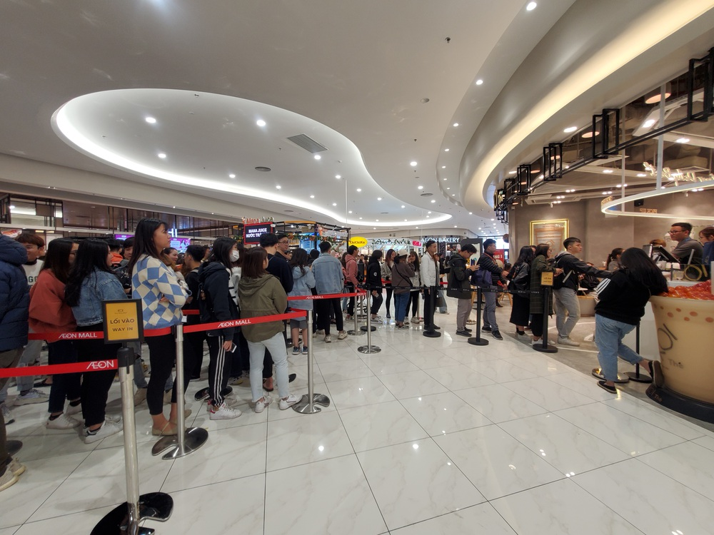 Vật vã xếp hàng cả tiếng đồng hồ để mua trà sữa KOI Thé đầu tiên tại Hà Nội - Ảnh 5.