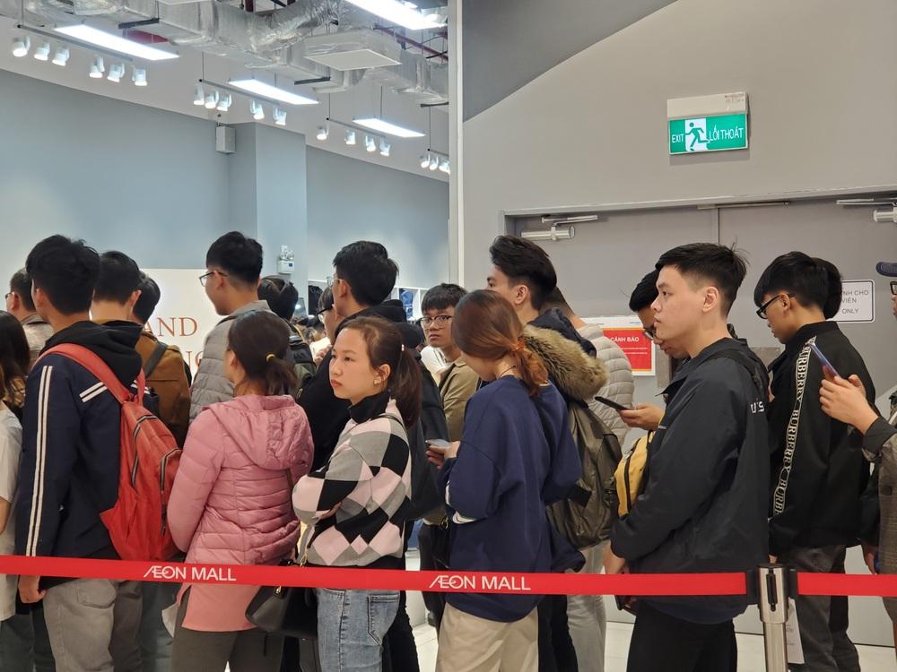 Vật vã xếp hàng cả tiếng đồng hồ để mua trà sữa KOI Thé đầu tiên tại Hà Nội - Ảnh 11.