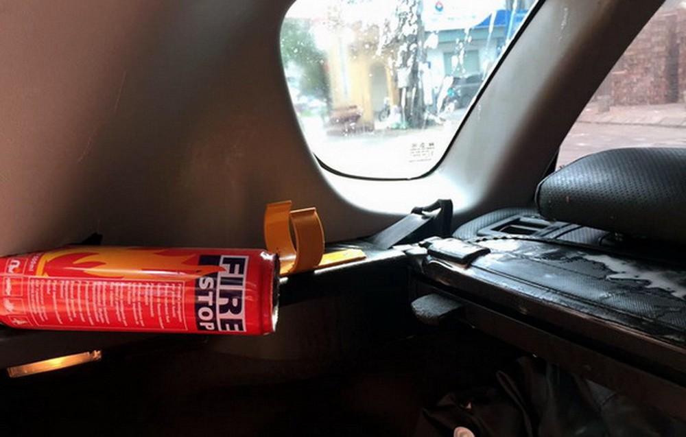 Những vật dụng có thể gây nguy hiểm khi gắn trên ô tô - Ảnh 2.