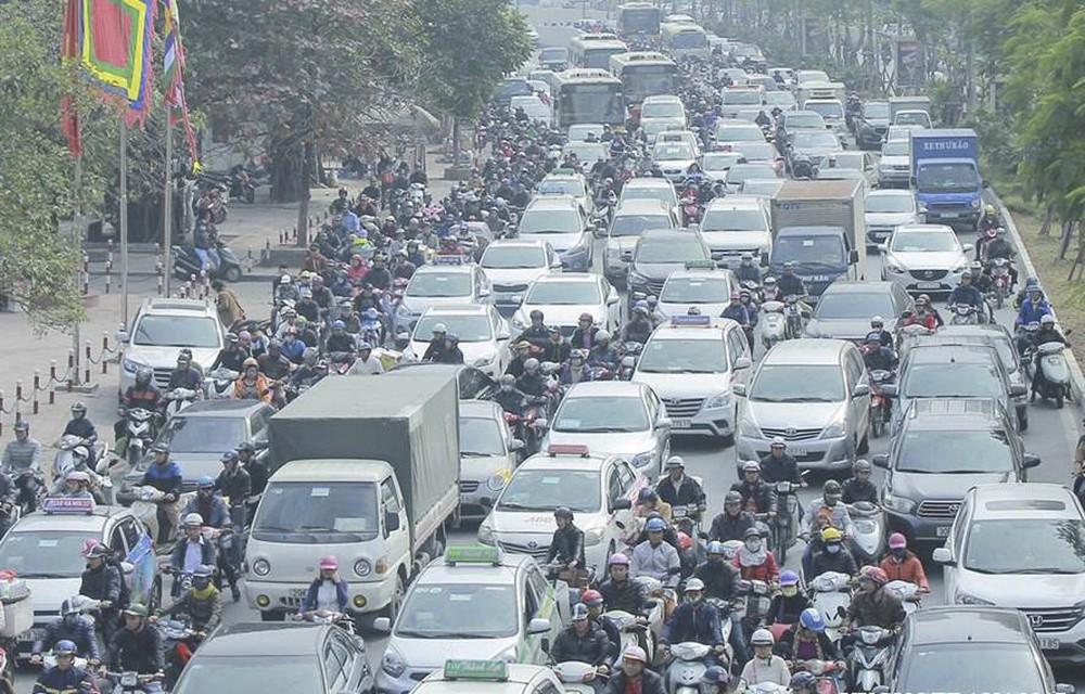 Cấm xe máy vào nội đô năm 2030: Lộ trình nào cho người đi xe máy? - Ảnh 1.