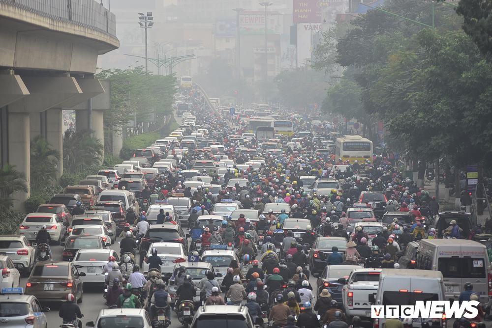 Ảnh: Dòng người len chặt trên tuyến đường Hà Nội dự định cấm xe máy - Ảnh 3.