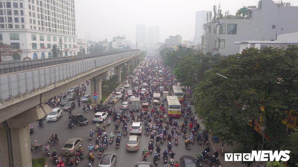 Ảnh: Dòng người len chặt trên tuyến đường Hà Nội dự định cấm xe máy - Ảnh 5.