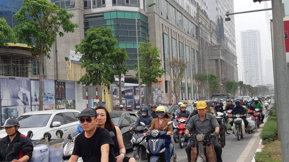 Buýt BRT bị bủa vây bởi phương tiện cá nhân trên đường dự kiến cấm xe máy - Ảnh 2.