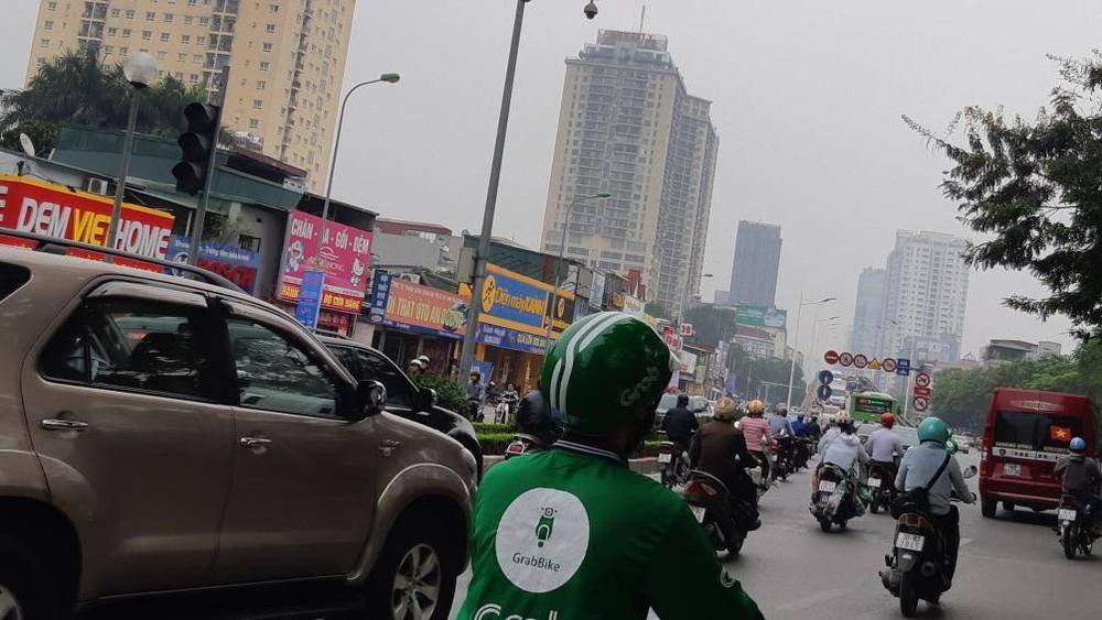 Buýt BRT bị bủa vây bởi phương tiện cá nhân trên đường dự kiến cấm xe máy - Ảnh 3.