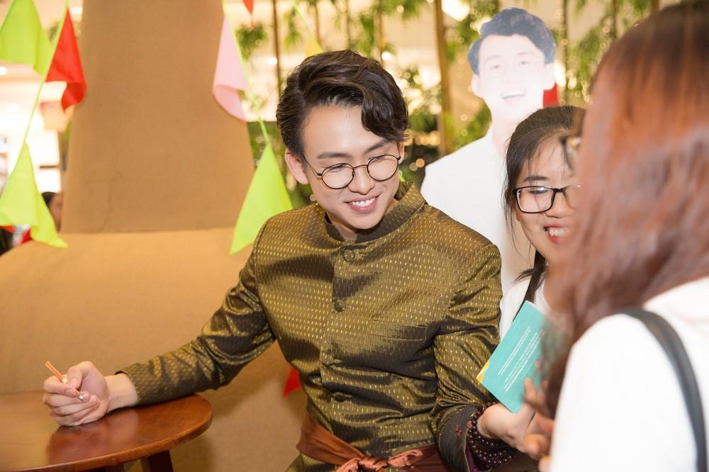 Quang Bảo thu hút sự chú ý khi diện trang phục Thái Lan - Ảnh 6.
