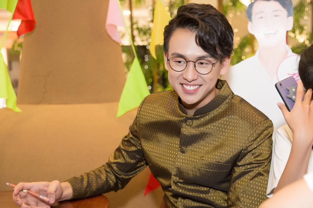 Quang Bảo thu hút sự chú ý khi diện trang phục Thái Lan - Ảnh 5.