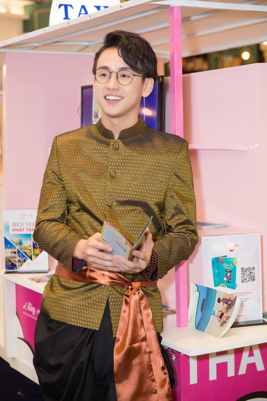 Quang Bảo thu hút sự chú ý khi diện trang phục Thái Lan - Ảnh 1.