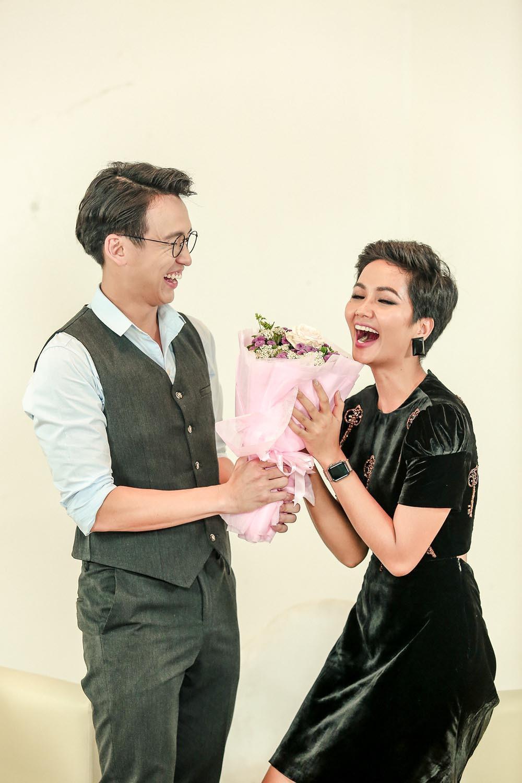 Đăng Khôi nấu ăn cho vợ, Quang Bảo ga lăng hết cỡ với H'Hen Niê trong ngày 8/3 - Ảnh 6.