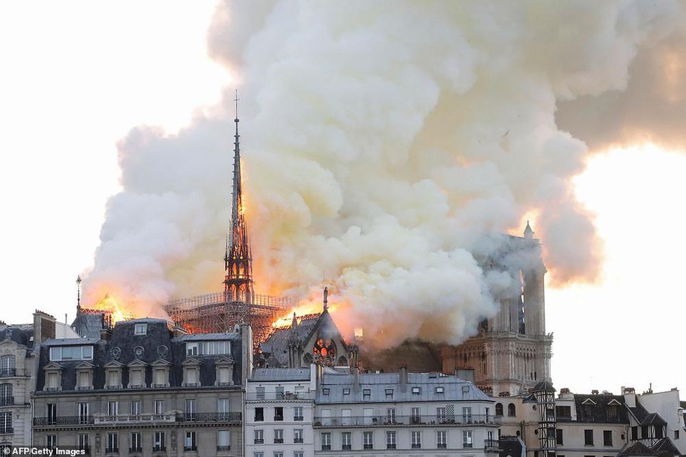 Cháy lớn kinh hoàng ở Nhà thờ Đức Bà Paris: Sập đỉnh tháp, phần lớn mái bị thiêu rụi - Ảnh 9.
