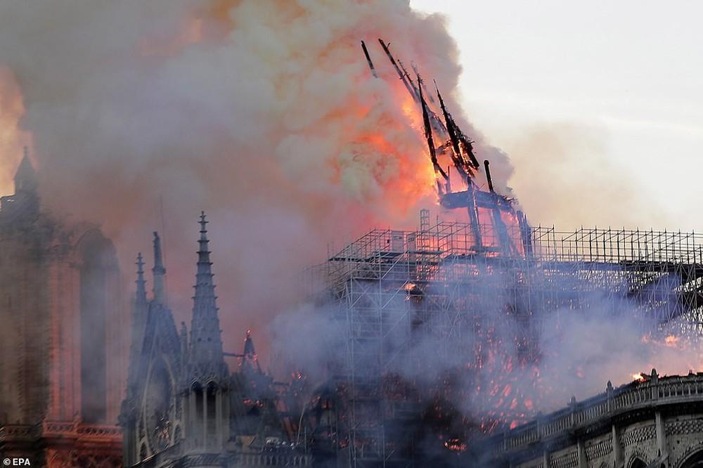 Cháy lớn kinh hoàng ở Nhà thờ Đức Bà Paris: Sập đỉnh tháp, phần lớn mái bị thiêu rụi - Ảnh 7.