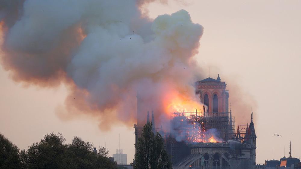 Cháy lớn kinh hoàng ở Nhà thờ Đức Bà Paris: Sập đỉnh tháp, phần lớn mái bị thiêu rụi - Ảnh 10.