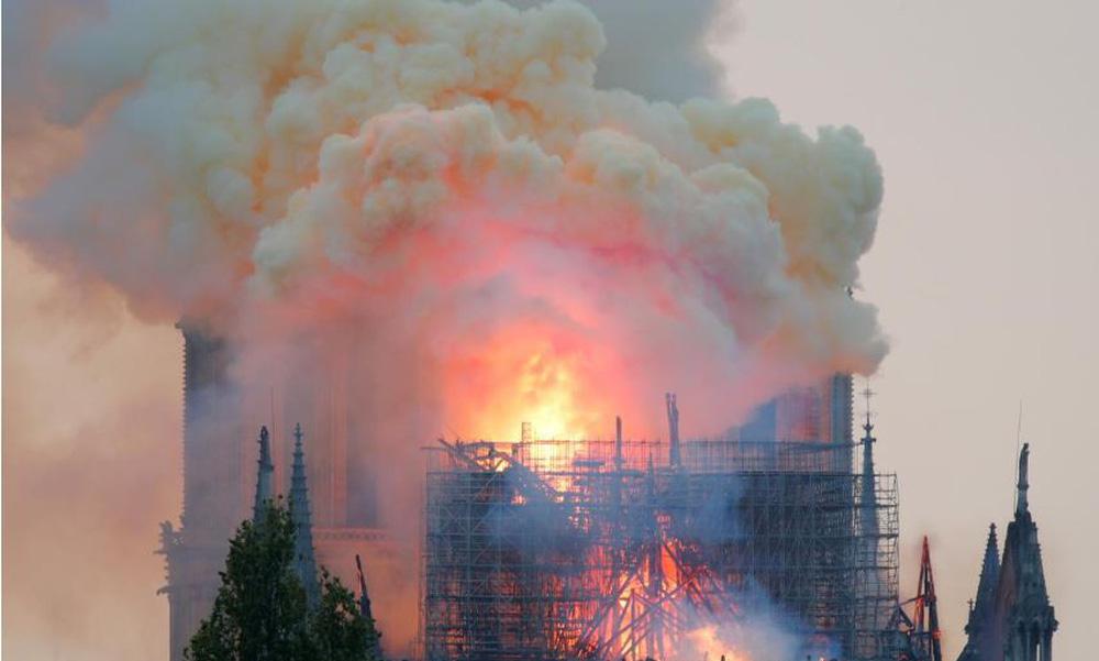 Cháy lớn kinh hoàng ở Nhà thờ Đức Bà Paris: Sập đỉnh tháp, phần lớn mái bị thiêu rụi - Ảnh 2.