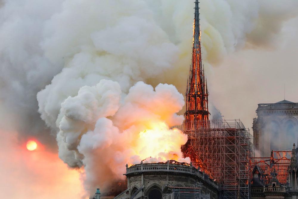 Kinh đô ánh sáng tang thương sau vụ cháy Nhà thờ Đức Bà Paris: Gần một nghìn năm lịch sử chìm trong biển lửa - Ảnh 6.