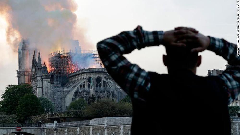 Cháy lớn kinh hoàng ở Nhà thờ Đức Bà Paris: Sập đỉnh tháp, phần lớn mái bị thiêu rụi - Ảnh 3.