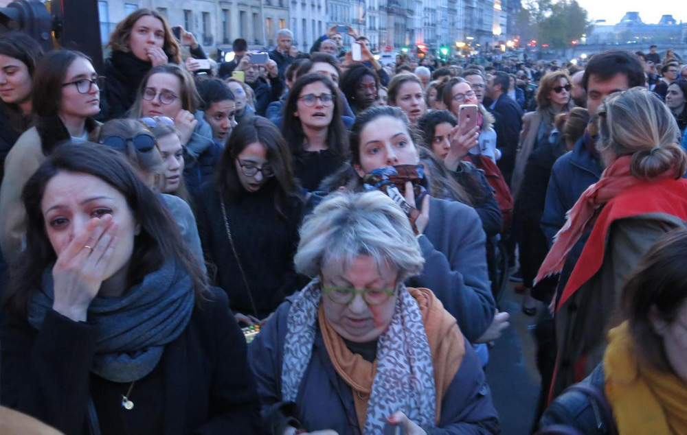 Kinh đô ánh sáng tang thương sau vụ cháy Nhà thờ Đức Bà Paris: Gần một nghìn năm lịch sử chìm trong biển lửa - Ảnh 4.
