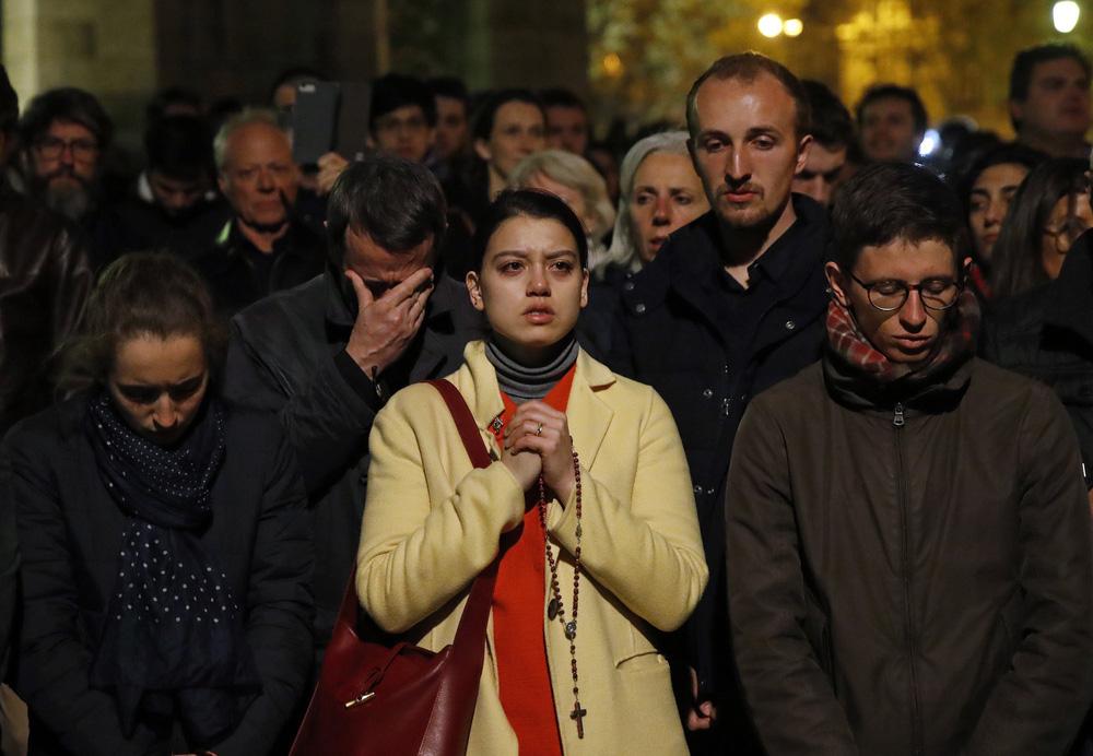 Kinh đô ánh sáng tang thương sau vụ cháy Nhà thờ Đức Bà Paris: Gần một nghìn năm lịch sử chìm trong biển lửa - Ảnh 5.