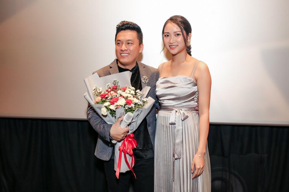 Lam Trường ôm hôn bà xã tình cảm giữa tin đồn hôn nhân trục trặc - Ảnh 4.