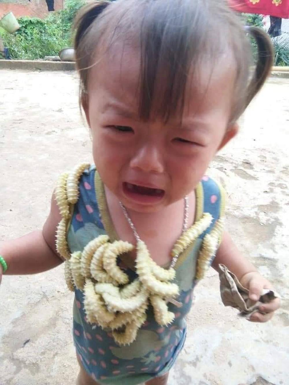 Biểu cảm của em bé khi bị lũ tằm bò lên người gây sốt MXH hôm nay, câu chuyện phía sau gây tranh cãi dữ dội - Ảnh 3.