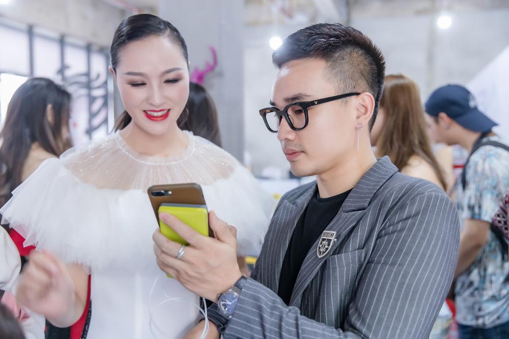 Hồng Quế tất bật giúp NTK Hà Duy ở hậu trường show thời trang tại Trung Quốc - Ảnh 1.