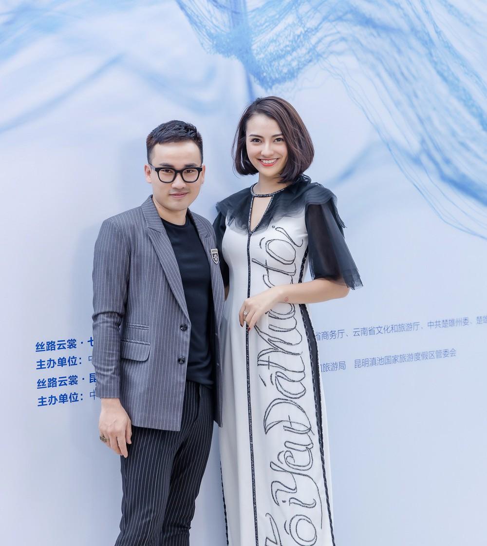 Hồng Quế tất bật giúp NTK Hà Duy ở hậu trường show thời trang tại Trung Quốc - Ảnh 3.