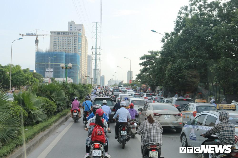 Ảnh: Xe biển xanh cũng lấn làn xe buýt nhanh BRT giữa phố Thủ đô - Ảnh 11.