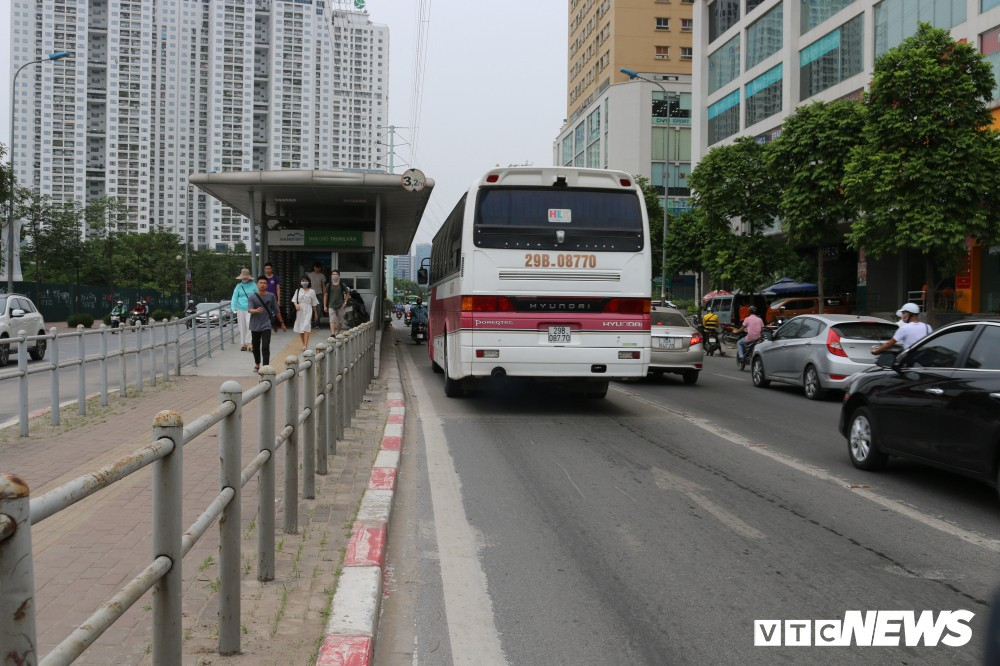 Ảnh: Xe biển xanh cũng lấn làn xe buýt nhanh BRT giữa phố Thủ đô - Ảnh 18.