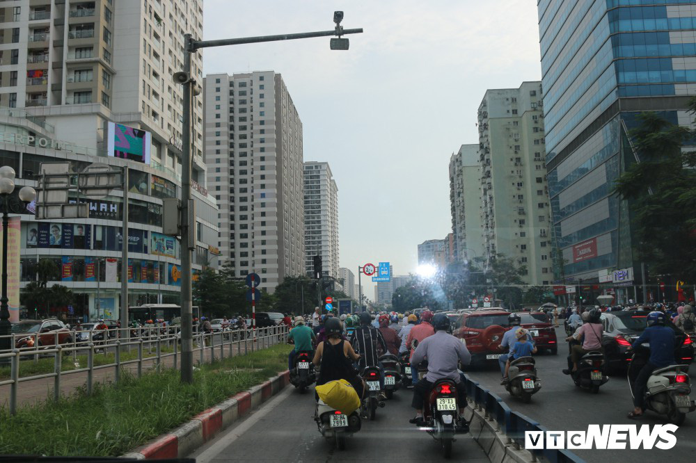 Ảnh: Xe biển xanh cũng lấn làn xe buýt nhanh BRT giữa phố Thủ đô - Ảnh 19.