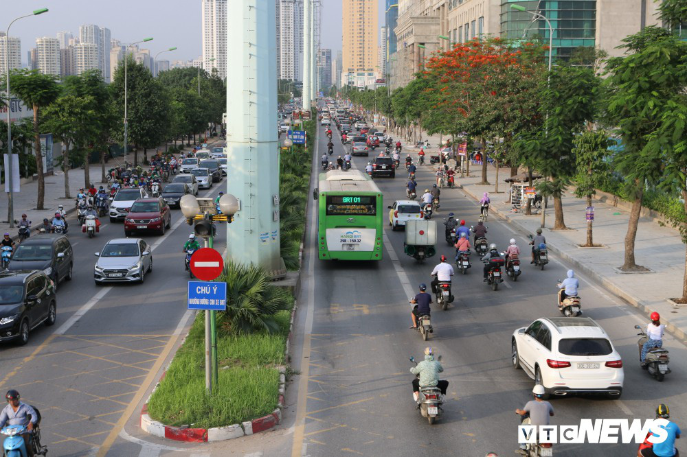 Ảnh: Xe biển xanh cũng lấn làn xe buýt nhanh BRT giữa phố Thủ đô - Ảnh 3.