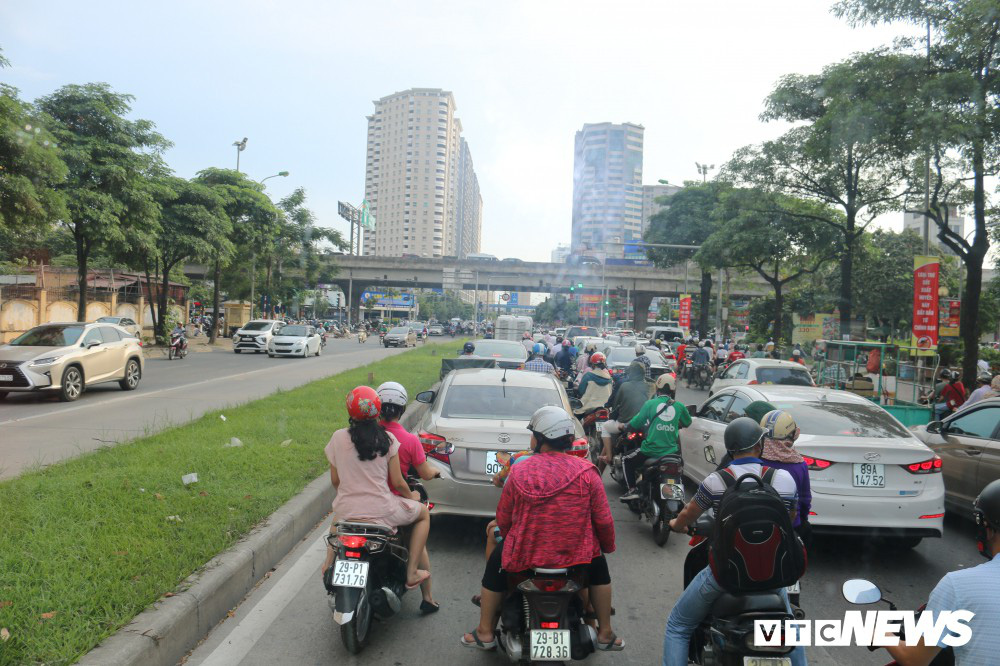 Ảnh: Xe biển xanh cũng lấn làn xe buýt nhanh BRT giữa phố Thủ đô - Ảnh 7.