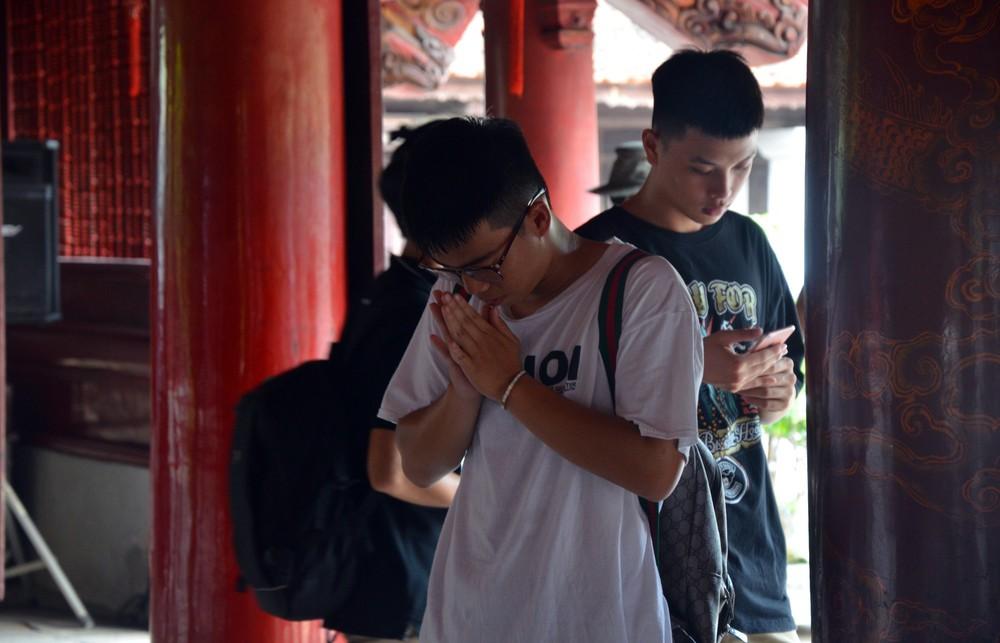 Sĩ tử, phụ huynh xếp hàng dài mua vé vào Văn Miếu cầu may trước ngày thi THPT - Ảnh 13.