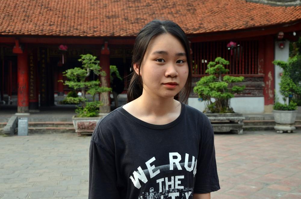 Sĩ tử, phụ huynh xếp hàng dài mua vé vào Văn Miếu cầu may trước ngày thi THPT - Ảnh 8.