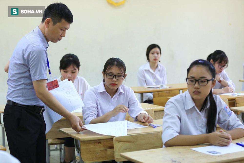 Thời tiết mát mẻ, hơn 75.000 thí sinh Hà Nội thoải mái bước vào môn thi Ngữ văn - Ảnh 6.
