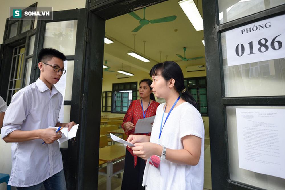 Thời tiết mát mẻ, hơn 75.000 thí sinh Hà Nội thoải mái bước vào môn thi Ngữ văn - Ảnh 5.