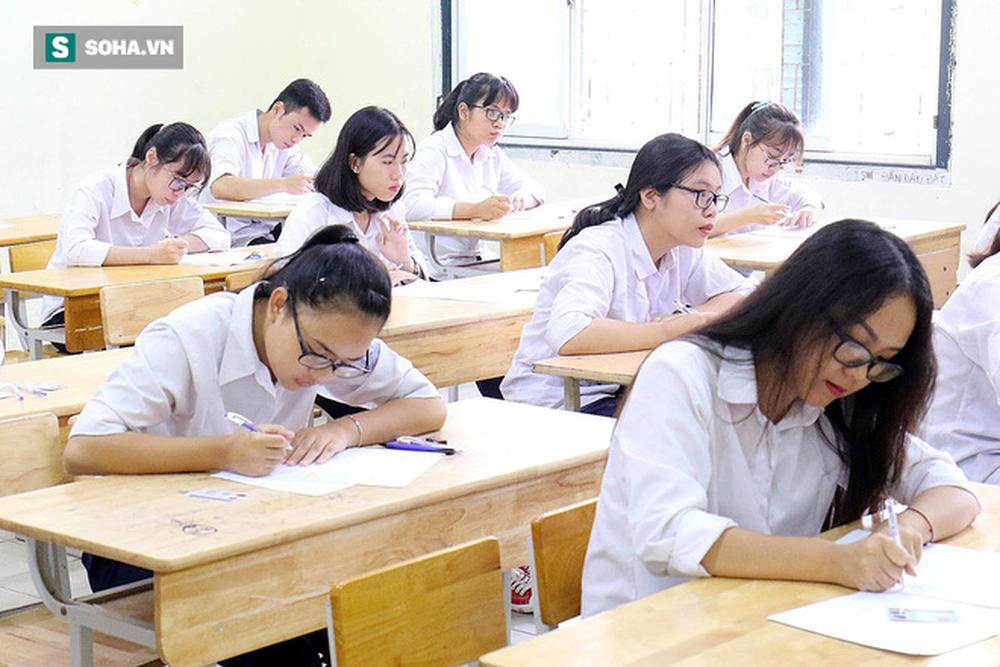 Thời tiết mát mẻ, hơn 75.000 thí sinh Hà Nội thoải mái bước vào môn thi Ngữ văn - Ảnh 10.