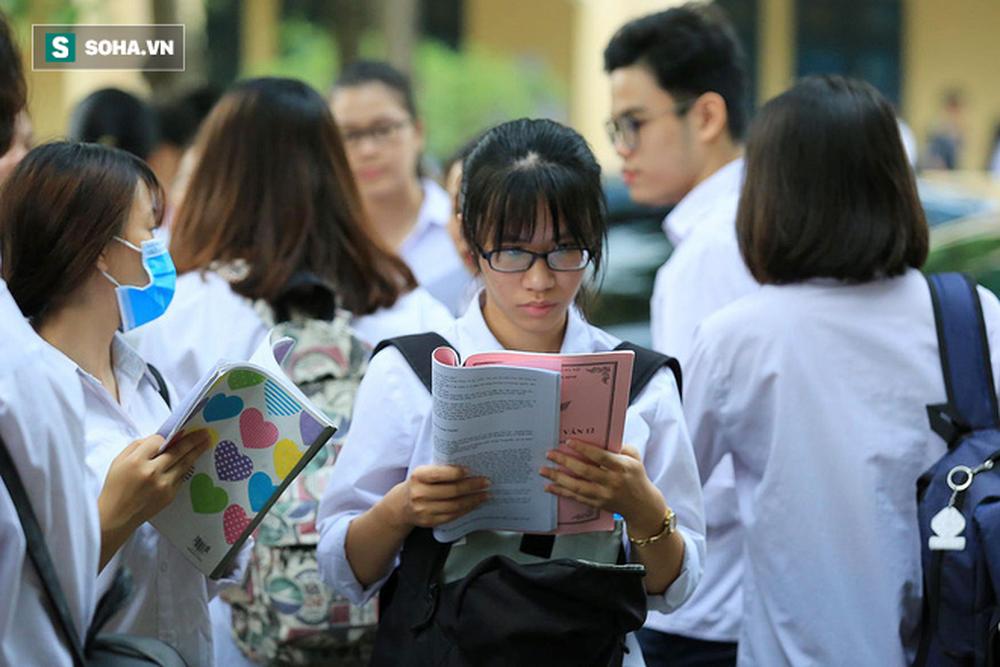 Thời tiết mát mẻ, hơn 75.000 thí sinh Hà Nội thoải mái bước vào môn thi Ngữ văn - Ảnh 3.