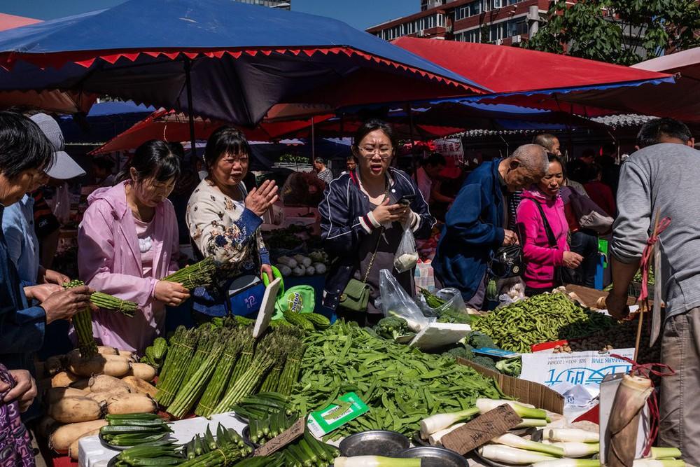 Chiến tranh thương mại, suy thoái kinh tế, giá cả leo thang: Thủ tướng TQ sốc vì biết giá táo ở chợ - Ảnh 1.