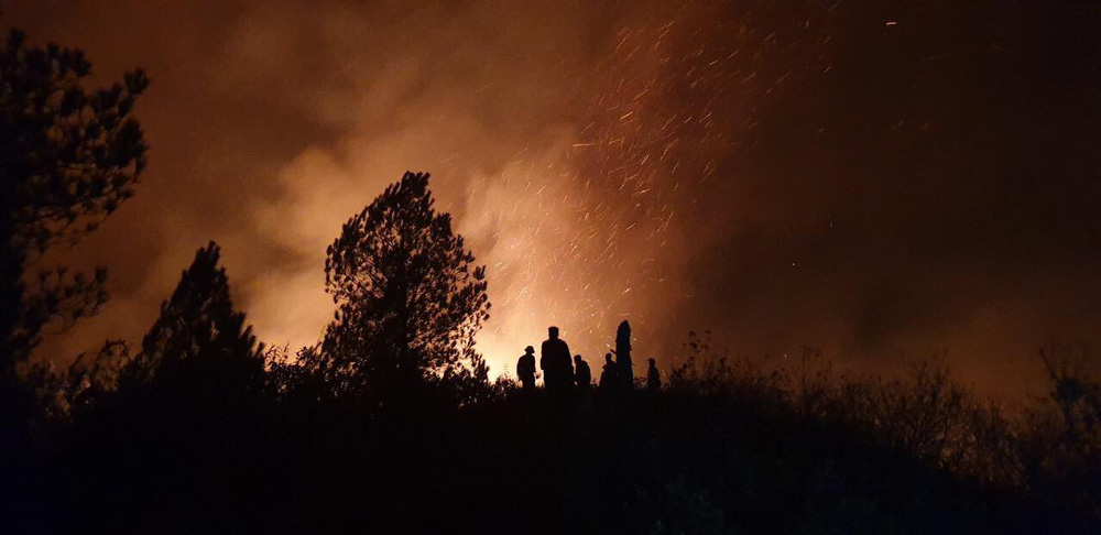 Hơn 500 người trắng đêm vừa sơ tán tài sản cho dân vừa dập lửa cứu rừng - Ảnh 2.