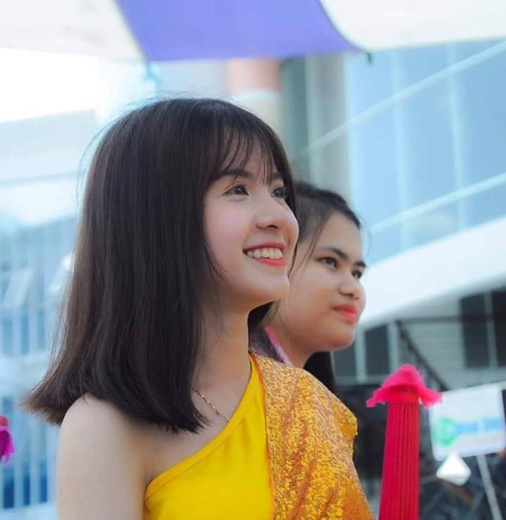 Nữ sinh 18 tuổi gây sốt trong trang phục Campuchia, nổi tiếng ở trường vì lí do đặc biệt - Ảnh 1.
