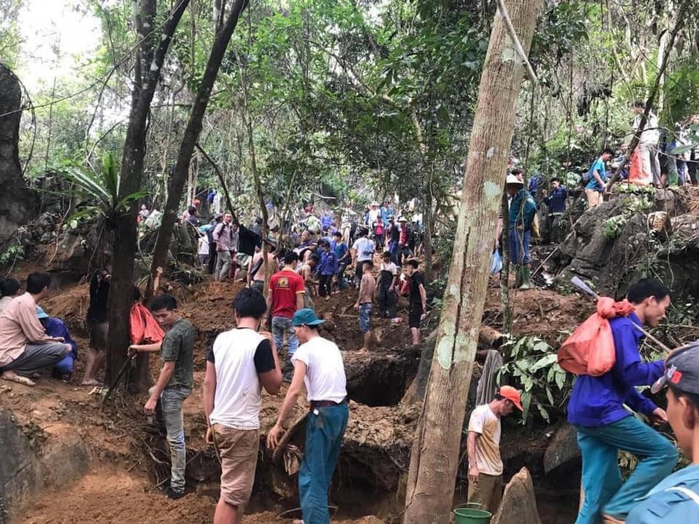 Người dân đổ lên núi tìm vận may sau tin đồn đào được viên đá quý 5 tỷ đồng ở Yên Bái - Ảnh 2.