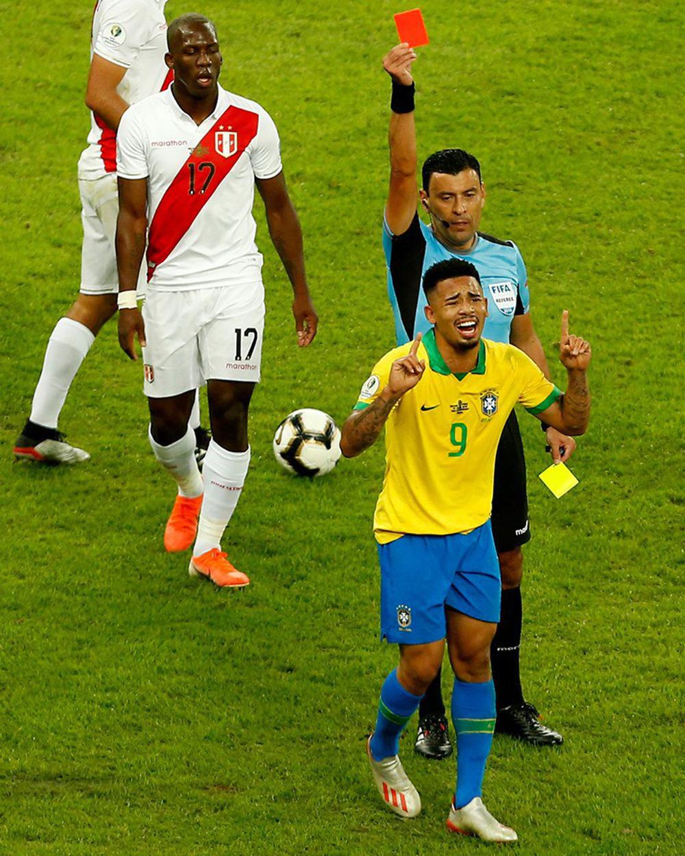 Ghi bàn, kiến tạo rồi ăn thẻ đỏ, tiền đạo Brazil sút tung chai nước, đẩy ngã màn hình VAR rồi khóc như trẻ con trong đường hầm - Ảnh 1.