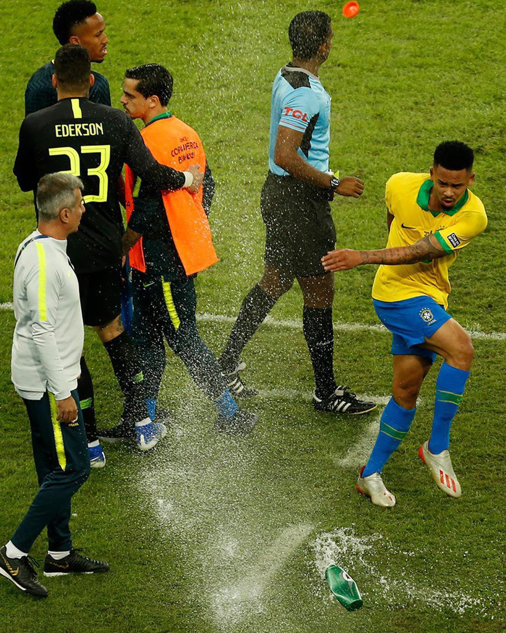 Ghi bàn, kiến tạo rồi ăn thẻ đỏ, tiền đạo Brazil sút tung chai nước, đẩy ngã màn hình VAR rồi khóc như trẻ con trong đường hầm - Ảnh 2.
