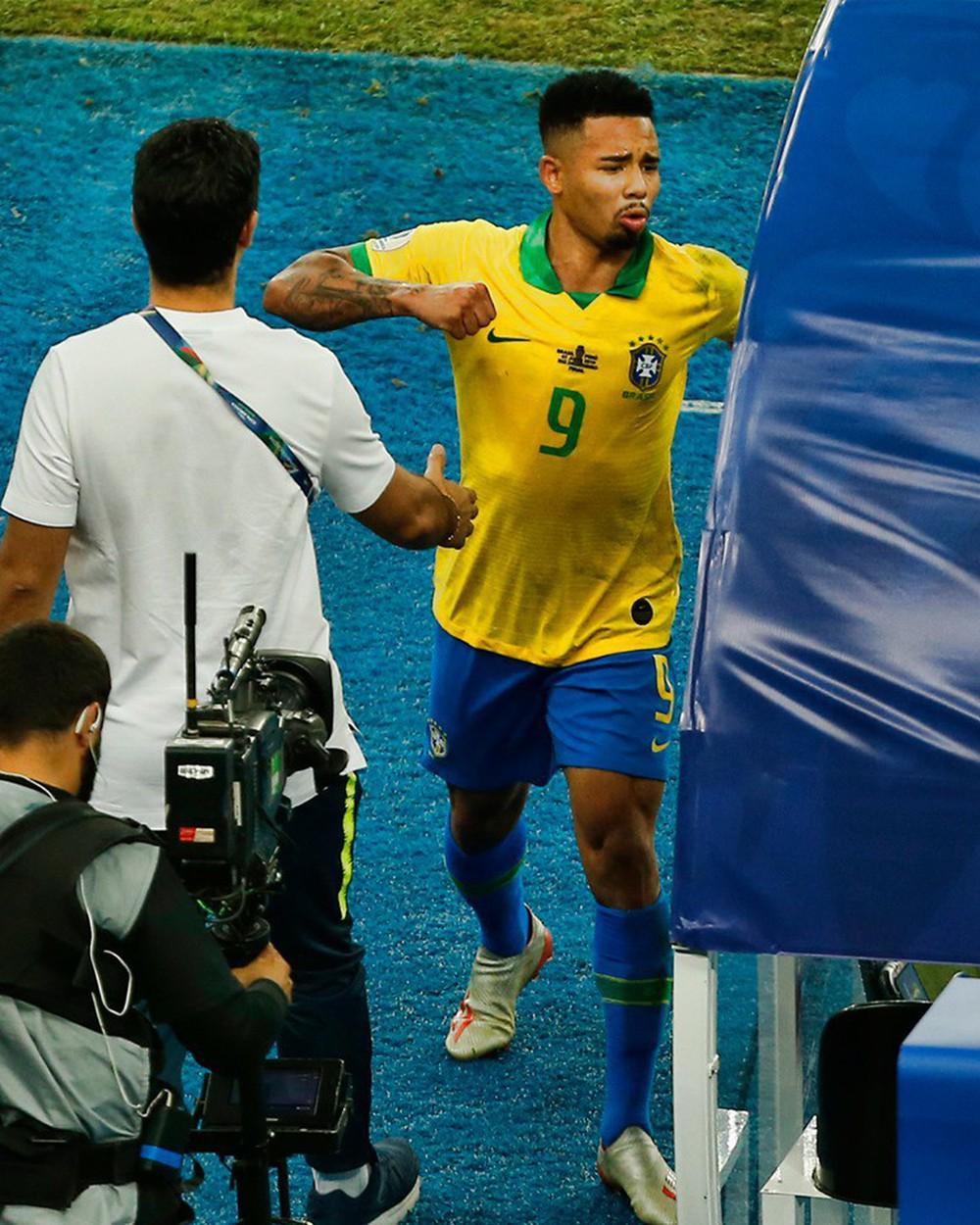 Ghi bàn, kiến tạo rồi ăn thẻ đỏ, tiền đạo Brazil sút tung chai nước, đẩy ngã màn hình VAR rồi khóc như trẻ con trong đường hầm - Ảnh 3.