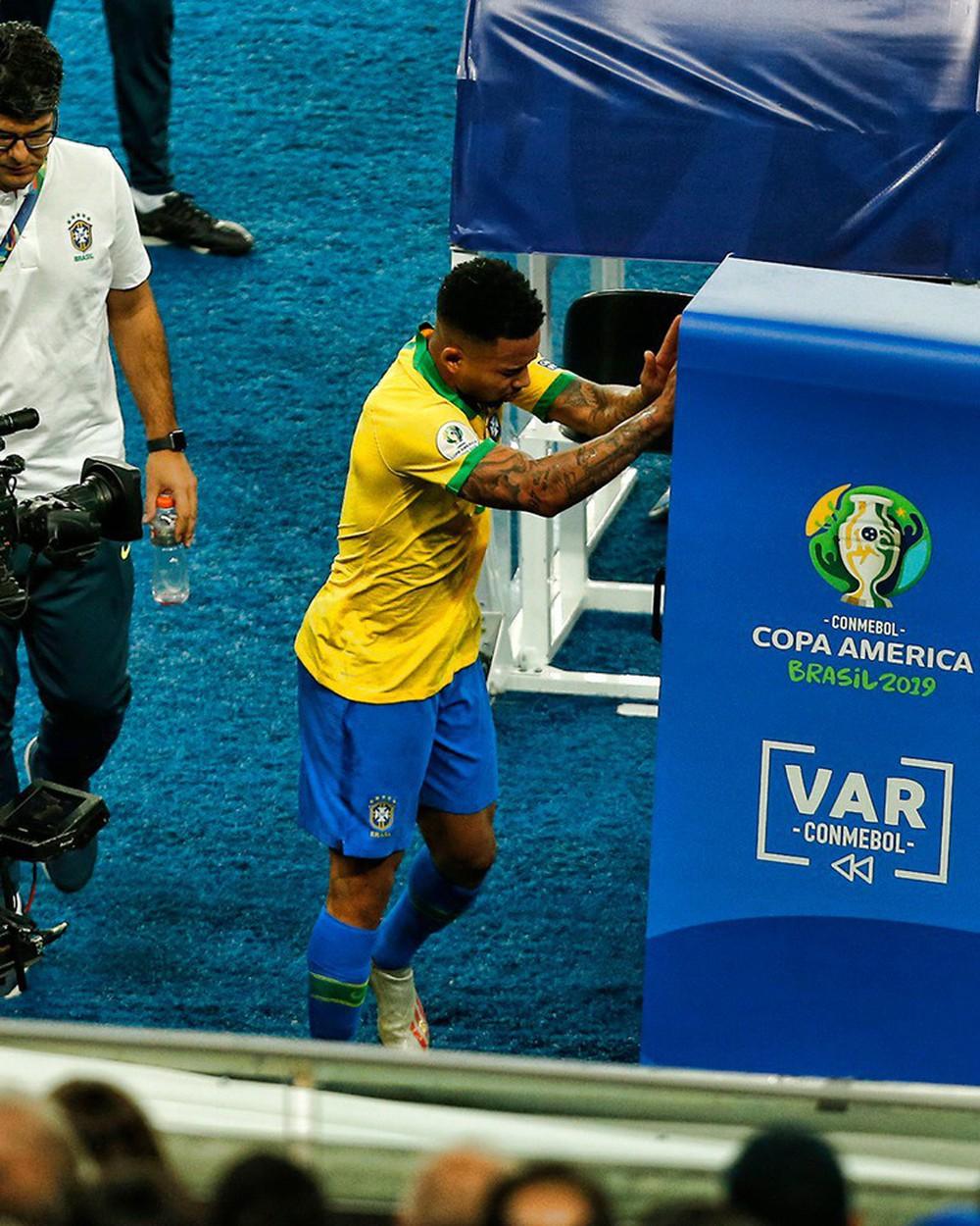 Ghi bàn, kiến tạo rồi ăn thẻ đỏ, tiền đạo Brazil sút tung chai nước, đẩy ngã màn hình VAR rồi khóc như trẻ con trong đường hầm - Ảnh 4.