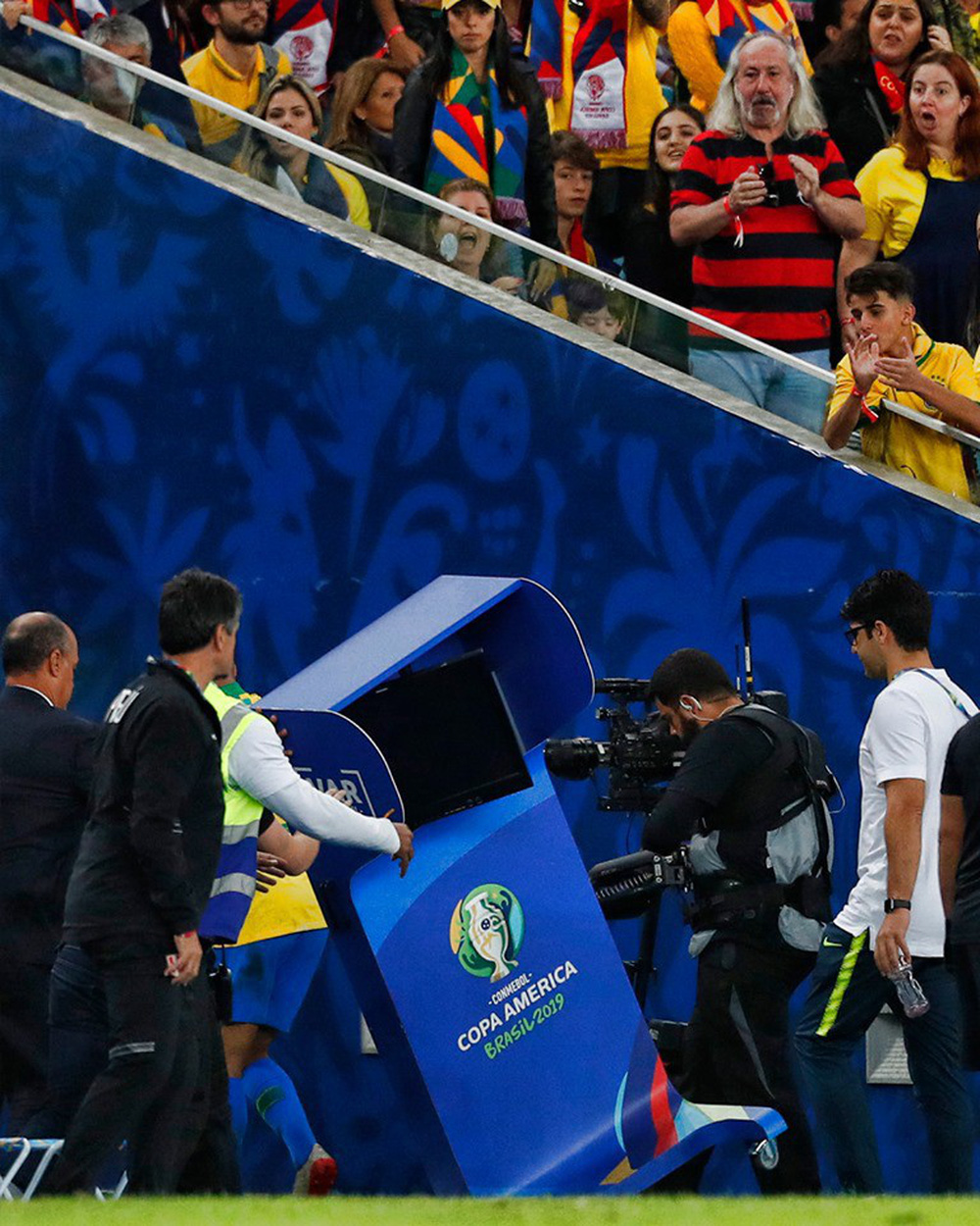 Ghi bàn, kiến tạo rồi ăn thẻ đỏ, tiền đạo Brazil sút tung chai nước, đẩy ngã màn hình VAR rồi khóc như trẻ con trong đường hầm - Ảnh 5.
